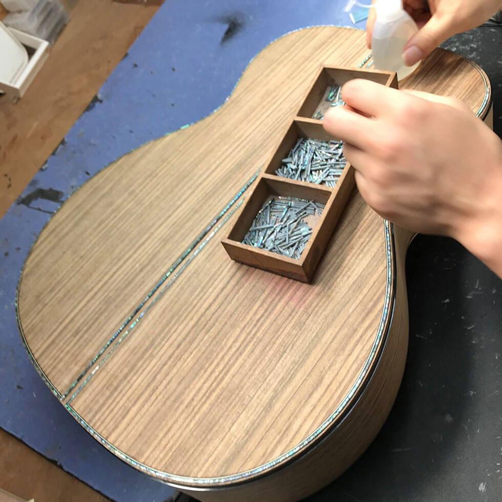 Gitarrenbinding einlegen
